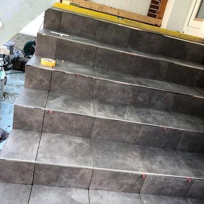 Fertige Fliesenarbeiten an einer Treppe
