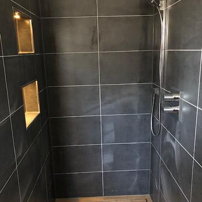 Sanierte Fliesen in einer Dusche